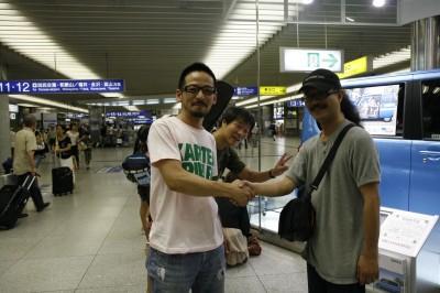 大阪駅でらっぱぱさんと握手する斉藤さん