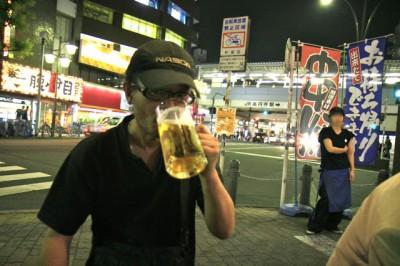 Tomさん、一気にビールを喉に流し込むっ
